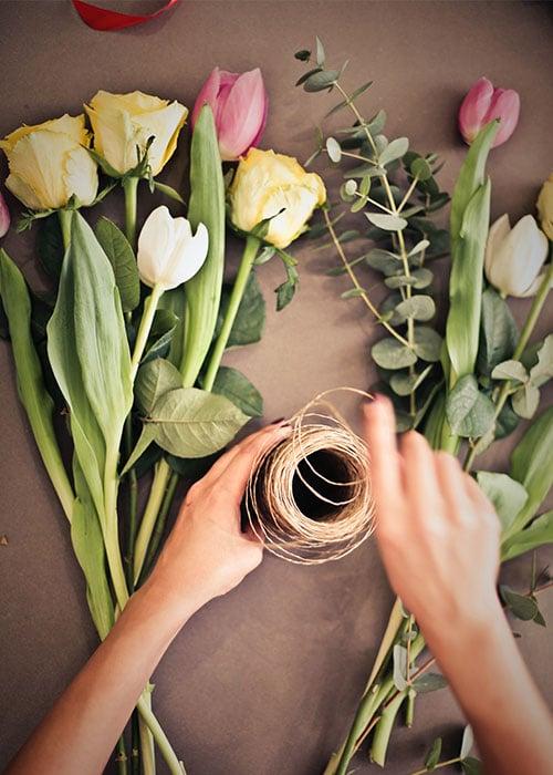 blumen-nutschnig-tulpen-strauss-arbeitsflaeche