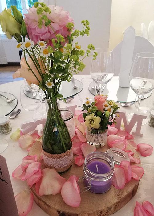 hochzeit-tischdeko-rosa-blumen-nutschnig
