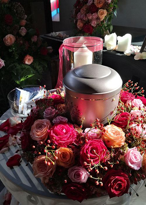 trauerkranz-urne-rosatoene-blumen-nutschnig